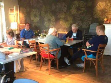 De Gedachtenkamer in het Odensehuis wordt financieel ondersteund door het RCOAK en is een ontmoetingsplek voor mensen met dementie, waar ruimte is voor de gedachten en gevoelens die dementie met zich meebrengen. Tijdens deze bijeenkomsten wordt u uitgenodigd om te vertellen wat u bezighoudt en hoe u zich voelt. Ook maakt u eenvoudige creatieve opdrachten. Daar heeft u geen ervaring of talent voor nodig.