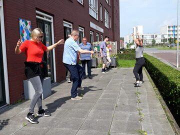 Uit onderzoek blijkt dat de achteruitgang van de geestelijke en lichamelijke vermogens van mensen met beginnende dementie kunnen worden beperkt door de hersenen in beweging te brengen en te prikkelen. Het doel van de bewegingsoefeningen is om het hele lichaam te activeren zonder de nadruk op het bewegen te leggen. Door met plezier in beweging te komen hoeven de deelnemers even nergens aan te denken.