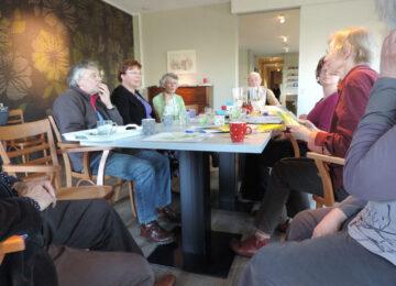 Als vrijwilliger in het Odensehuis begeleid u mensen die te maken hebben met geheugenproblemen of dementie. U verzorgt de ontvangst bij een bezoek aan het Odensehuis, u zorgt samen voor koffie en thee en vooral voor een fijne sfeer waarin iedereen zich thuis en gezien voelt.